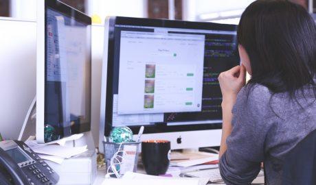 Femme devant son ordinateur