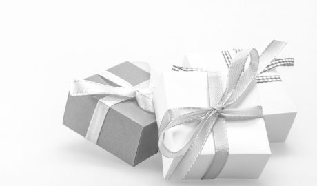 cadeaux emballés dans du papier gris et blanc