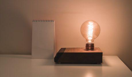 Ampoule sur un bureau