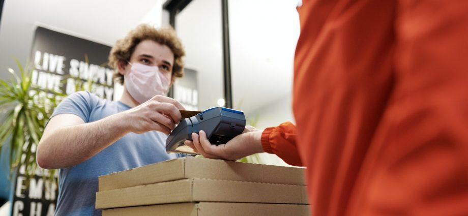 homme qui effectue un paiement sans contact grâce à la technologie RFID