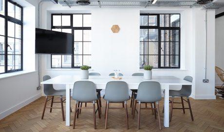 salle de réunion avec du parquet