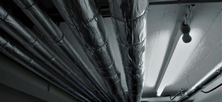 réseau de canalisations fixé au plafond